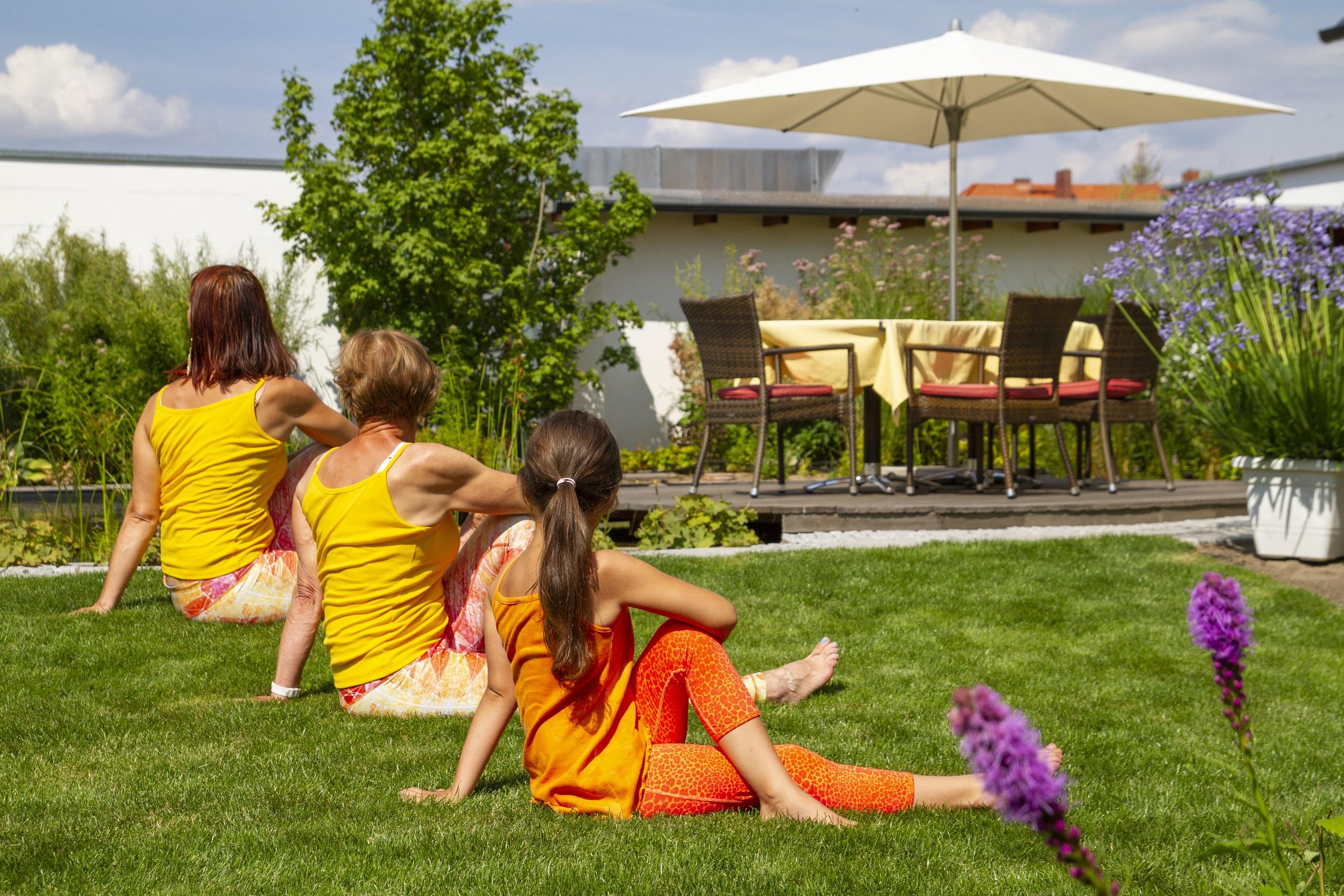 Yoga auf dem Hotelrasen